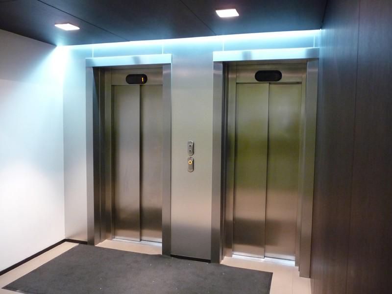 металлические двери в лифтовый холл