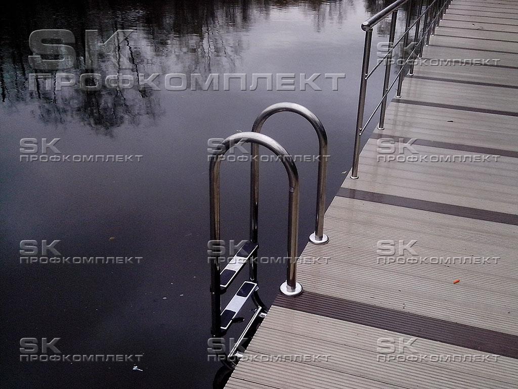 Лестница в пруд